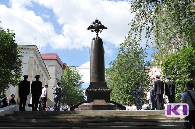 В честь 95-летия МВД Коми в Сыктывкаре торжественно открыли памятник