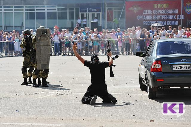 Сотрудники МВД превратили Стефановскую площадь в Сыктывкаре в поле боя