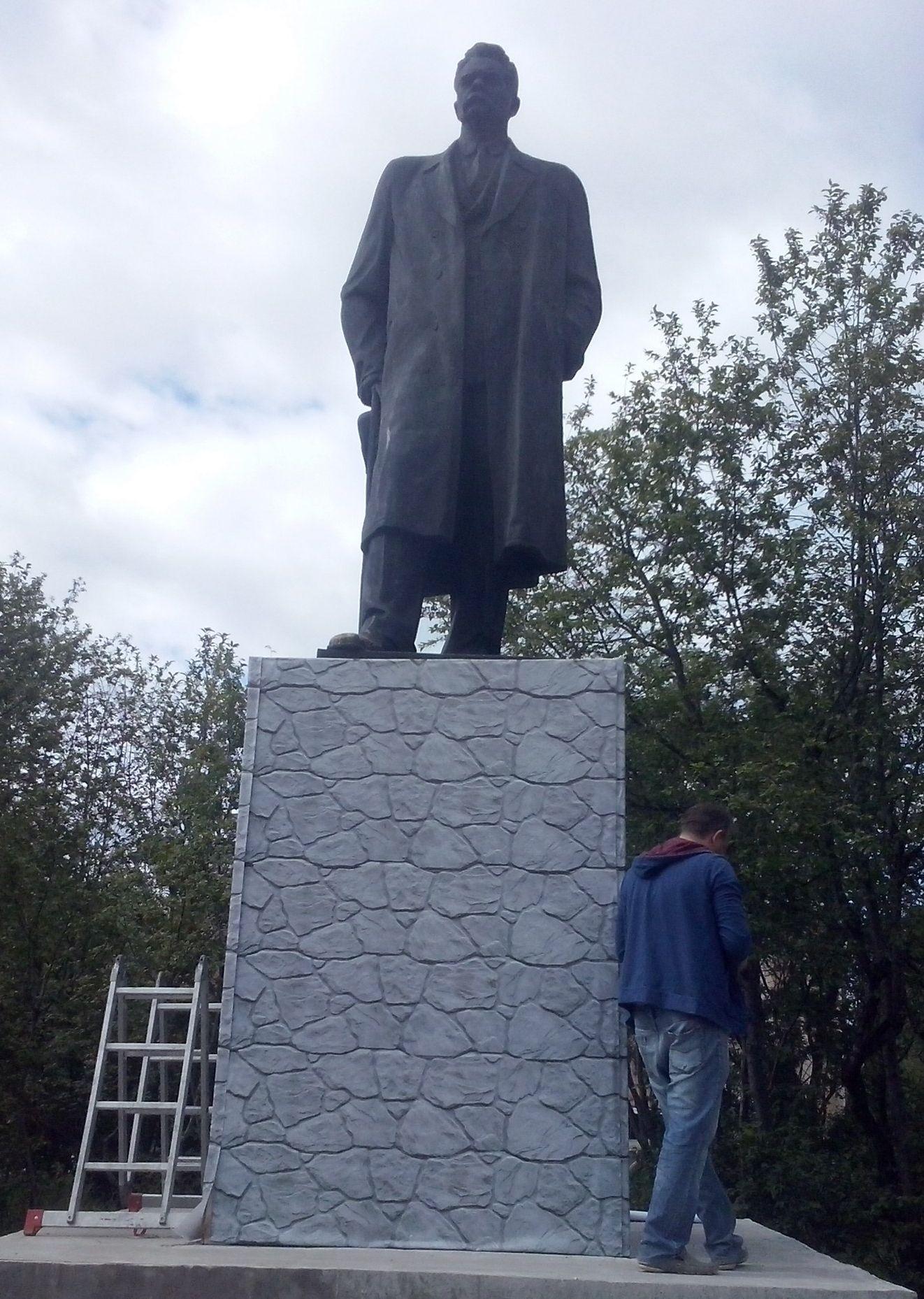 Потёмкинские деревни: в Печоре памятник Максиму Горькому обклеили бутафорской пленкой
