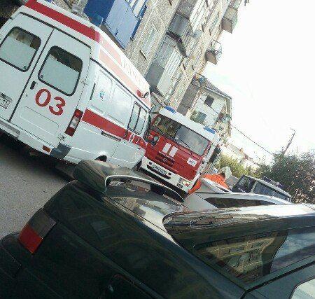 Молодой воркутинец, пытаясь выбраться из квартиры с помощью удлинителя, рухнул с 5-го этажа