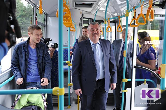 На Стефановской площади  водителям торжественно вручили ключи от новых автобусов на газомоторном топливе
