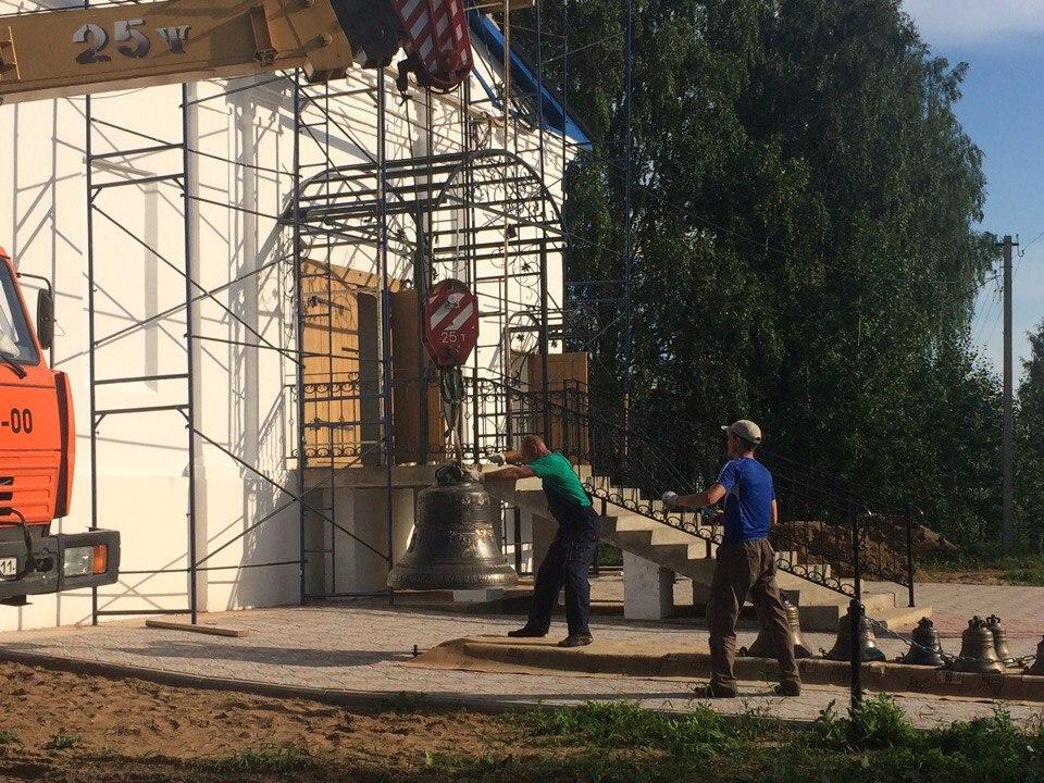У храма Архангела Михаила в Шошке появились новые колокола