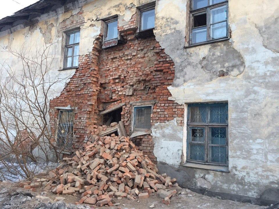 В Воркуте обрушился фасад стены жилого дома