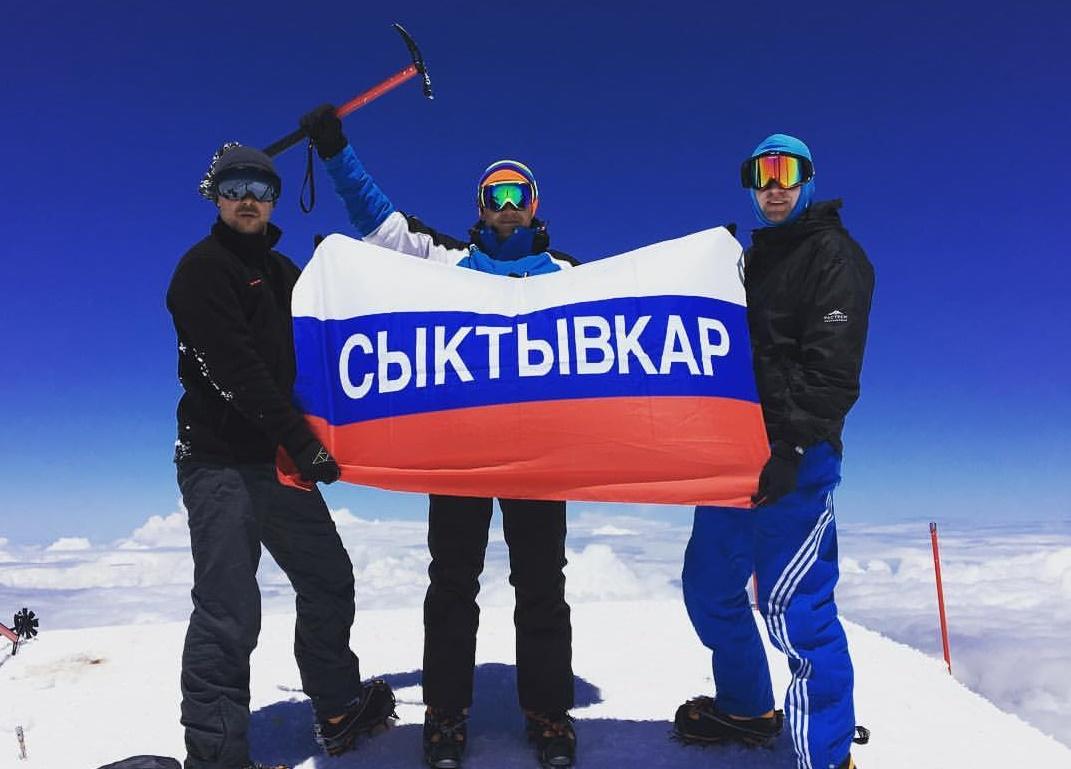 Сыктывкарский флаг развернулся на вершине Эльбруса