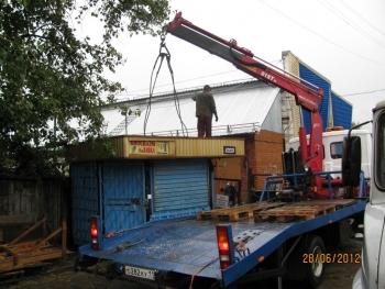 ...Коми продолжает работу по вывозу с улиц города незаконно установленных нестационарных торговых объектов.