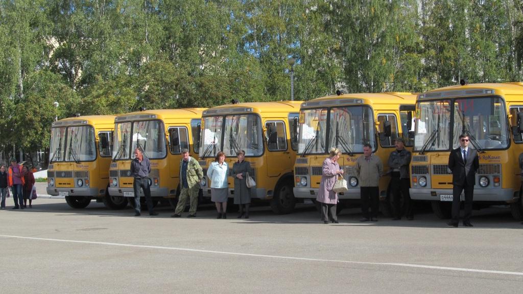 Вячеслав Гайзер отправил в добрый путь 17 новых школьных автобусов