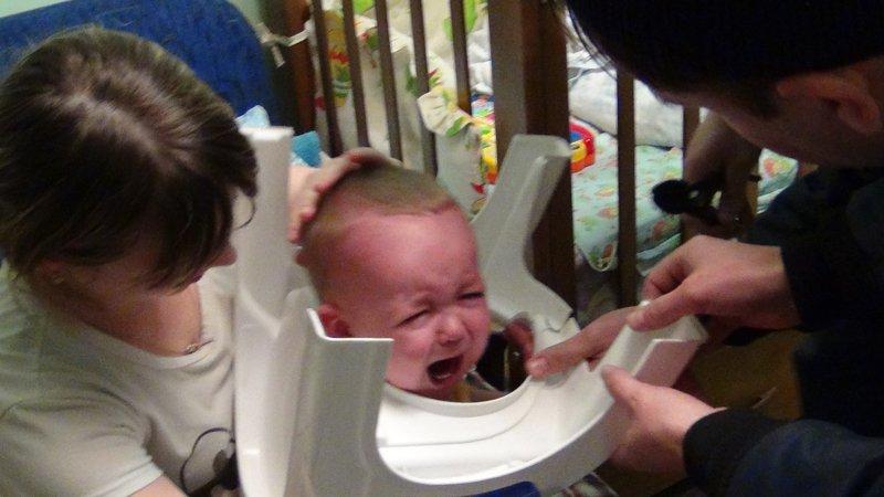 В Сыктывкаре годовалый малыш застрял головой в горшке