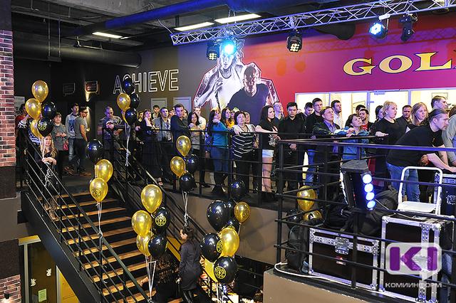 На открытии Gold's Gym в Сыктывкаре гнули сковородки, забивали гвозди руками и устраивали боксерские поединки