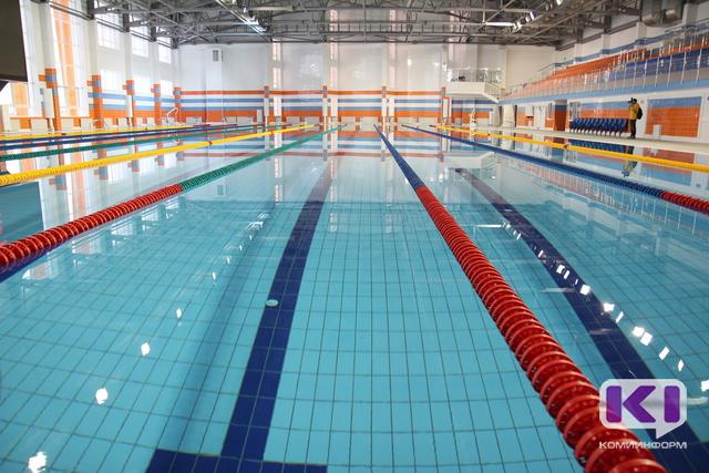 Студентки купаются в бассейне