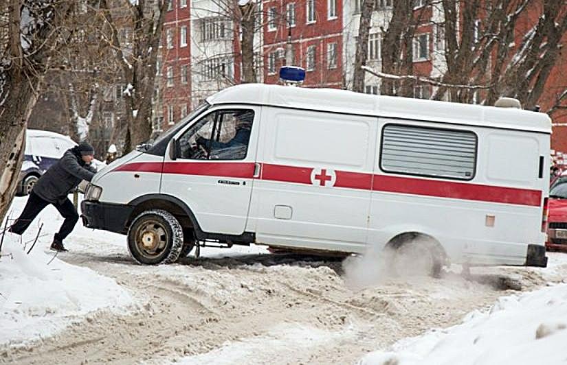 В сыктывкарских дворах машины скорой помощи застревают на несколько часов