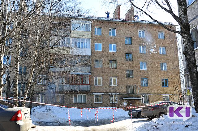 В Сыктывкаре с крыши дома на улице Димитрова упал кровельщик