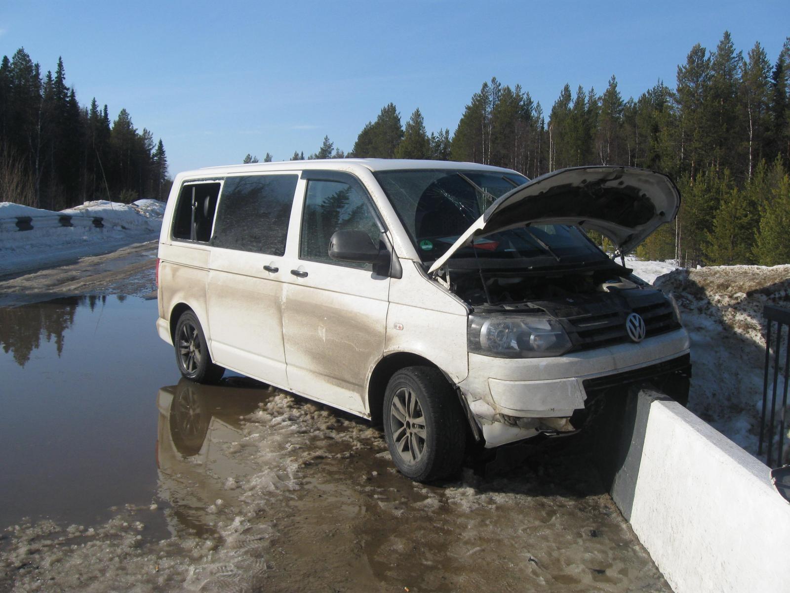 В Ижемском районе микроавтобус едва не улетел под мост