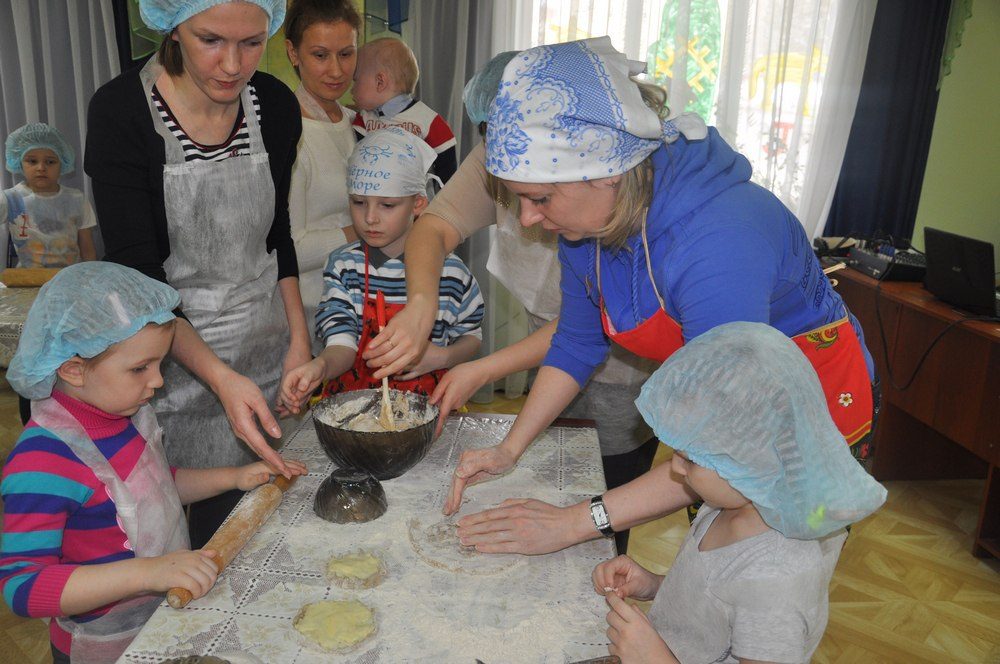 Юных сыктывкарцев научили печь коми шаньги
