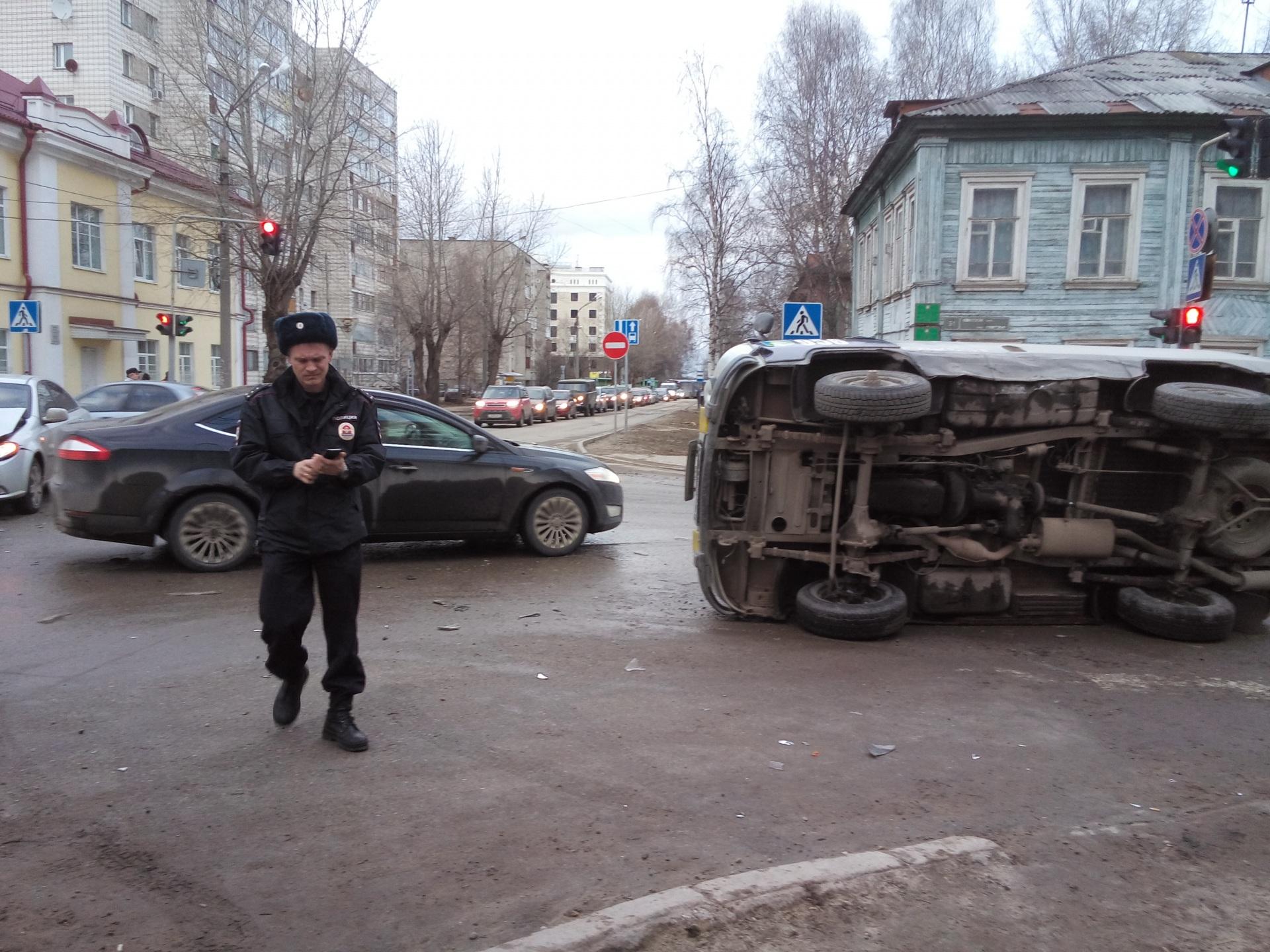 В столице Коми полицейский УАЗ опрокинулся на бок