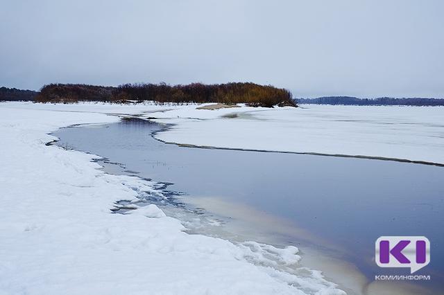 В Сыктывкаре на закрытой переправе под лед провалились женщина с ребенком