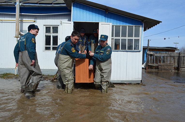 Сыктывкарские спасатели оказывают помощь пострадавшим при наводнении в Великом Устюге
