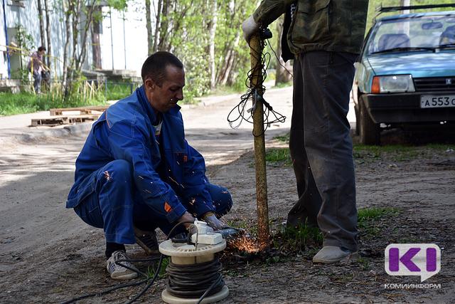 Сыктывкарские коммунальщики демонтировали парковочные столбики во дворах города