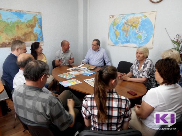 Валерию Фадееву подарили тетрадь для изучения коми языка