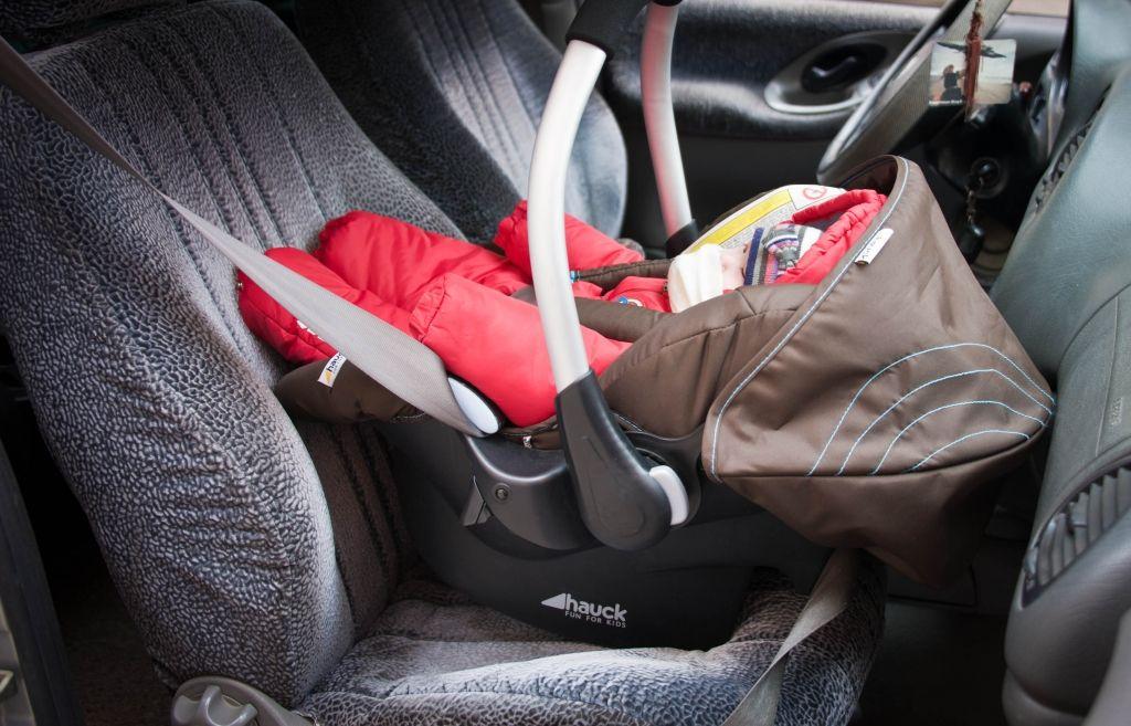 В Ухте в закрытой машине едва не погиб грудной ребенок