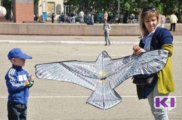 Рейки, пакеты, нитки и скотч: на главной площади Коми мастерили воздушных змеев