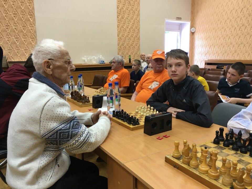 Сыктывкарские дети, оставшиеся без попечения родителей, сразились в шахматы с одинокими пожилыми