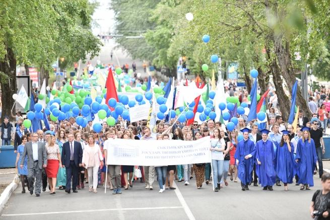 Колонна выпускников вузов и ссузов прошла по главной улице Сыктывкара