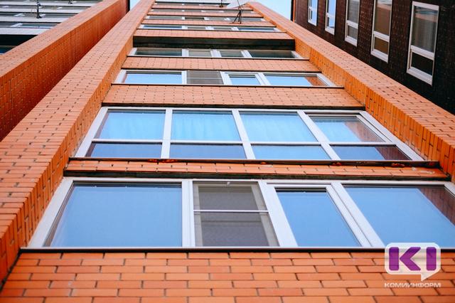 В Сыктывкаре четырехлетний мальчик выпал из окна третьего этажа
