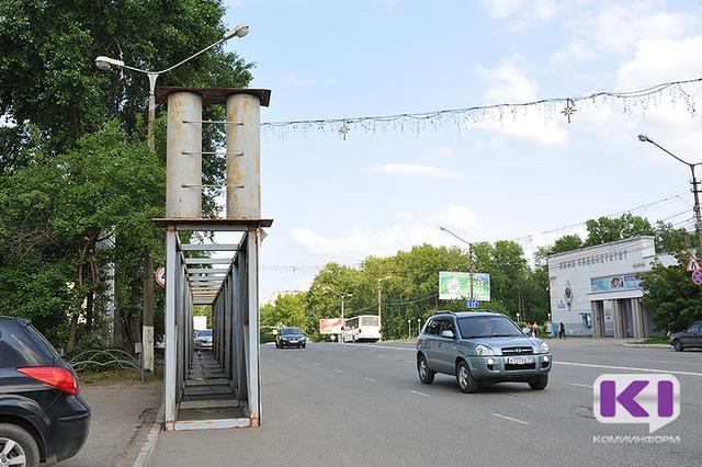 На улице Коммунистической в Сыктывкаре демонтировали рекламную арку