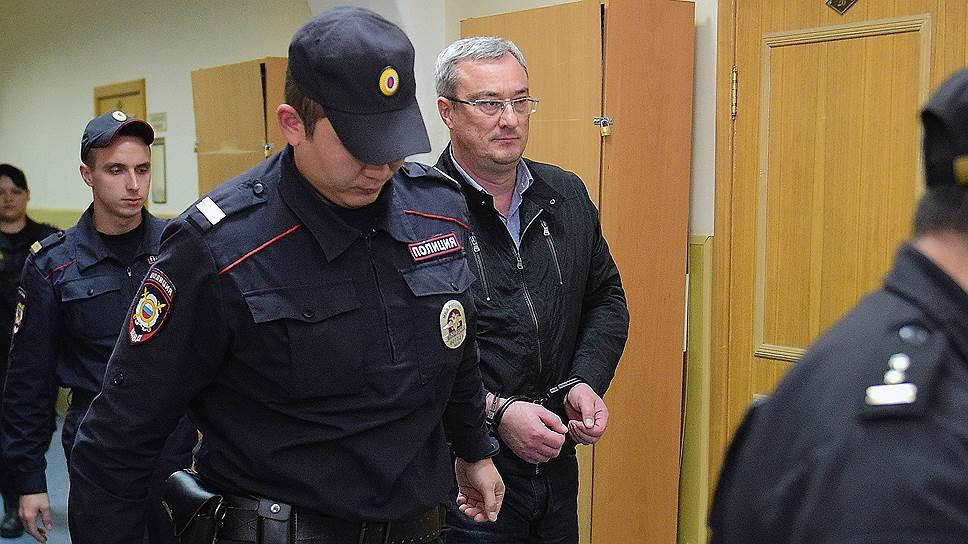 Мосгорсуд оставил под арестом губернатора Коми Гайзера