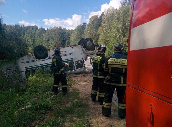 ВКоми опрокинулся автобус сдетьми, 17 человек пострадали