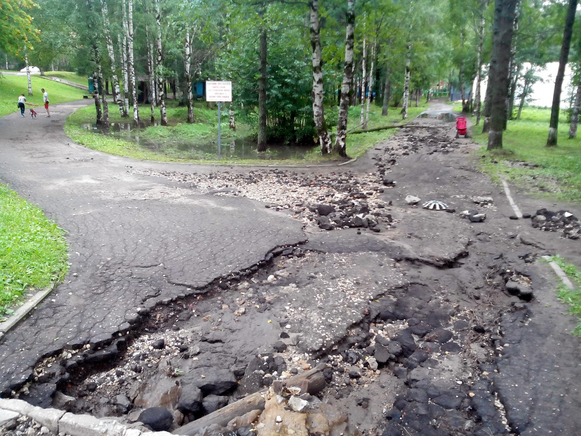 Небывалый ливень в Сыктывкаре превратил Мичуринский парк в поле боя