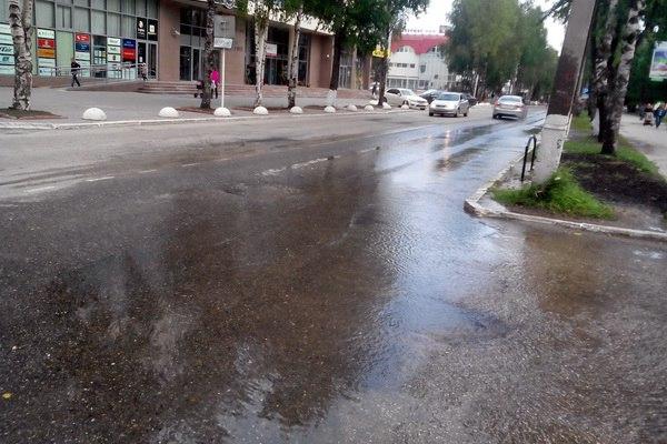 Холодная вода больше девяти часов заливает улицу Интернациональная в Сыктывкаре