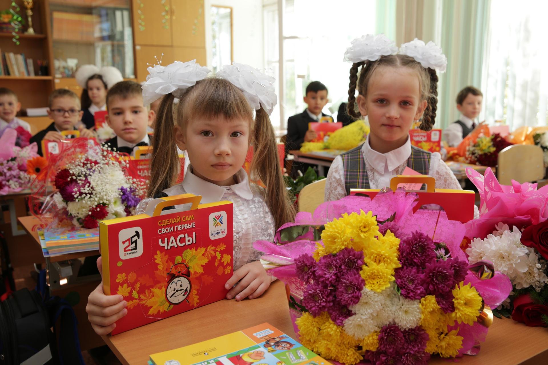 ЛУКОЙЛ-Коми подарил школьникам наборы первоклассников