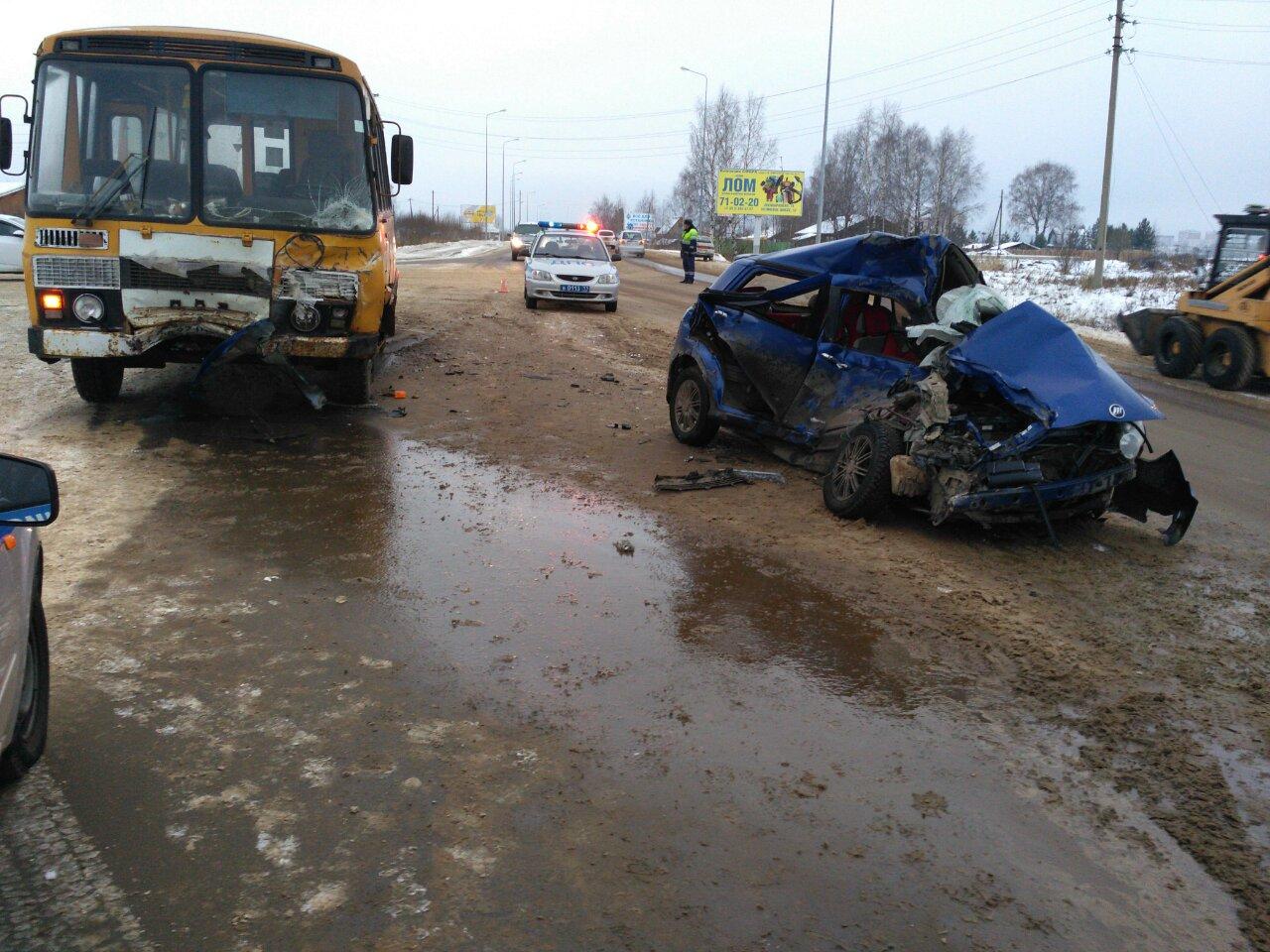 ВСыктывкаре автомобилистка сребёнком всалоне влетела под автобус