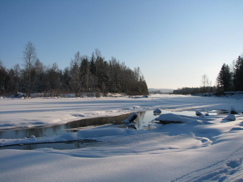 В Ижемском районе на реке Печора под лед провалился снегоход