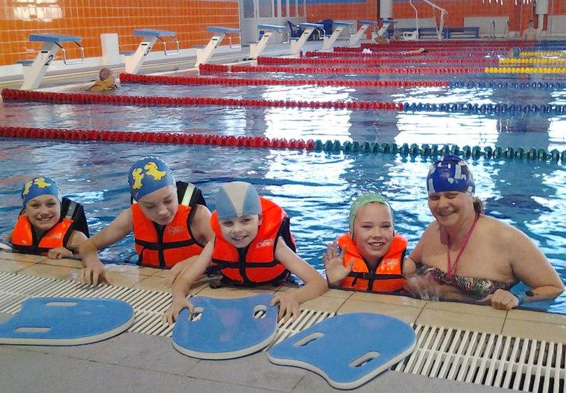 Новогодние праздники для воспитанников ыбского социально-реабилитационного центра начались в плавательном бассейне