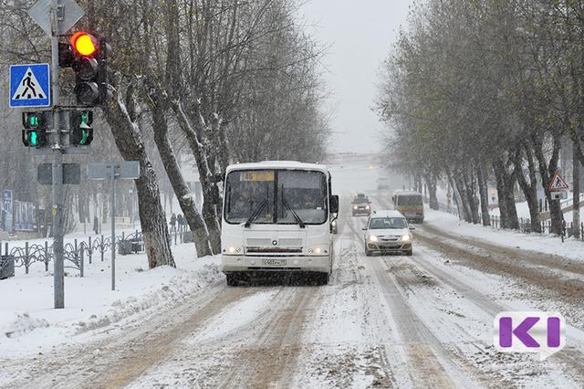 К гонкам на автобусах в Сыктывкаре привела зависимость зарплаты водителей от выручки