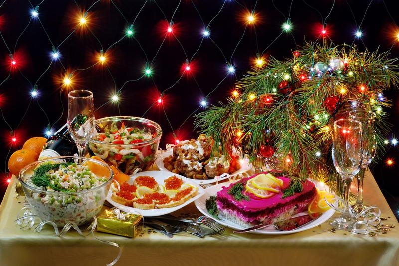 Названа стоимость новогоднего стола для семьи из четырех человек