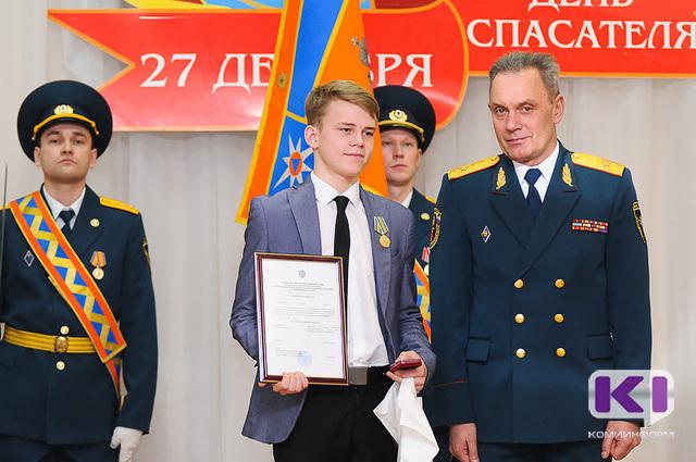 Старшекласснику из Сыктывкара Артему Изъюрову вручили медаль МЧС России