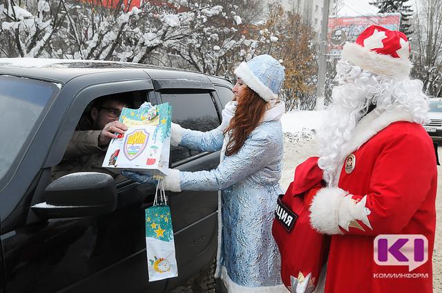 В центре Сыктывкара полицейские Дед Мороз и Снегурочка поощрили прилежных водителей