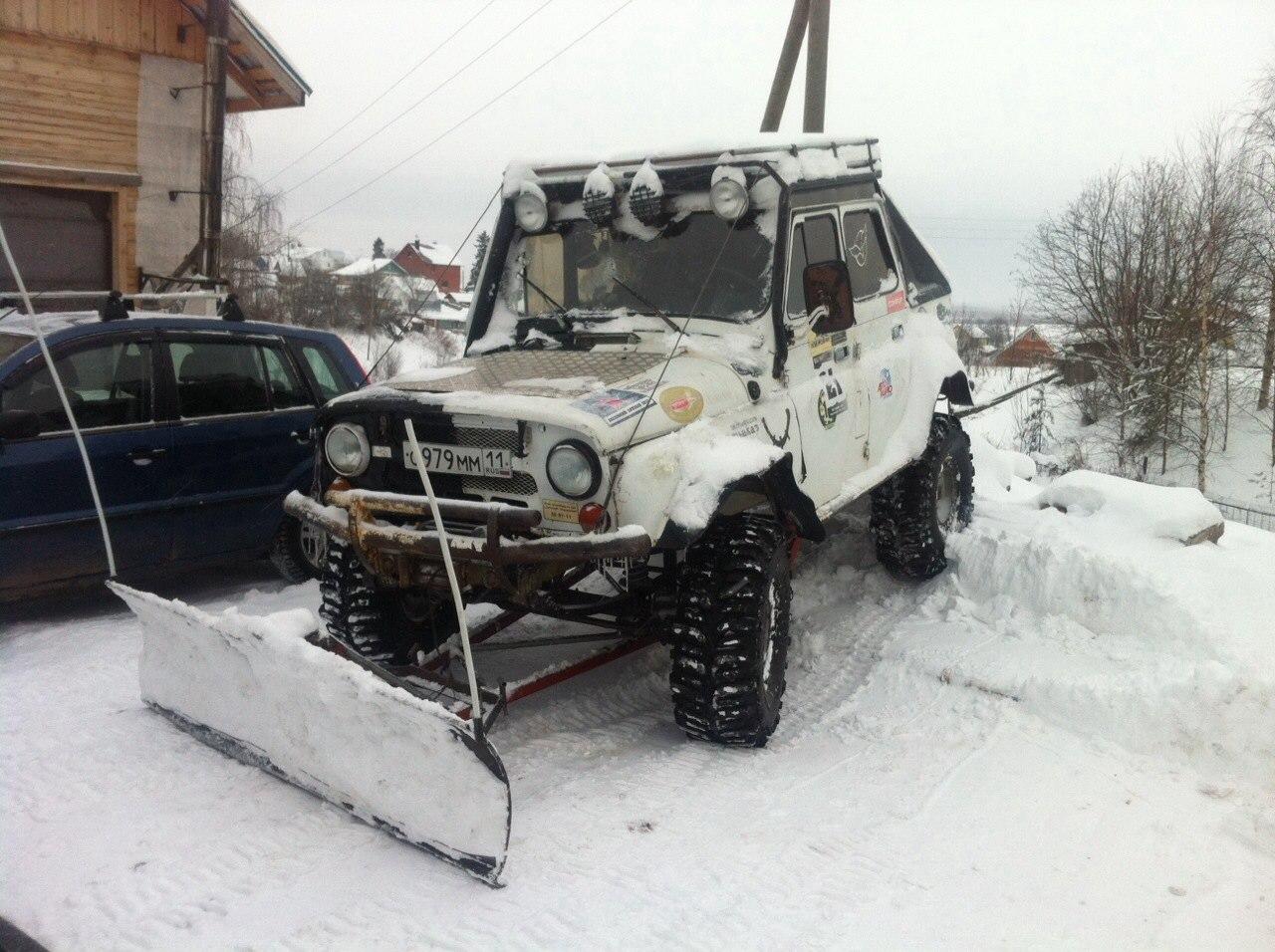 В Коми жители чистят снег на внедорожниках