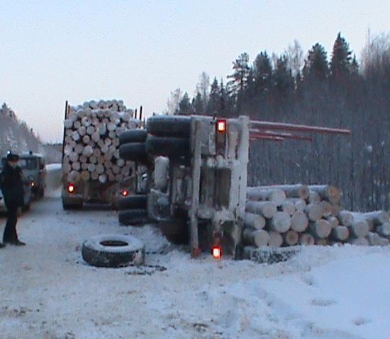Сыктывкарские спасатели извлекли тела погибших водителей лесовозов из-под бревен