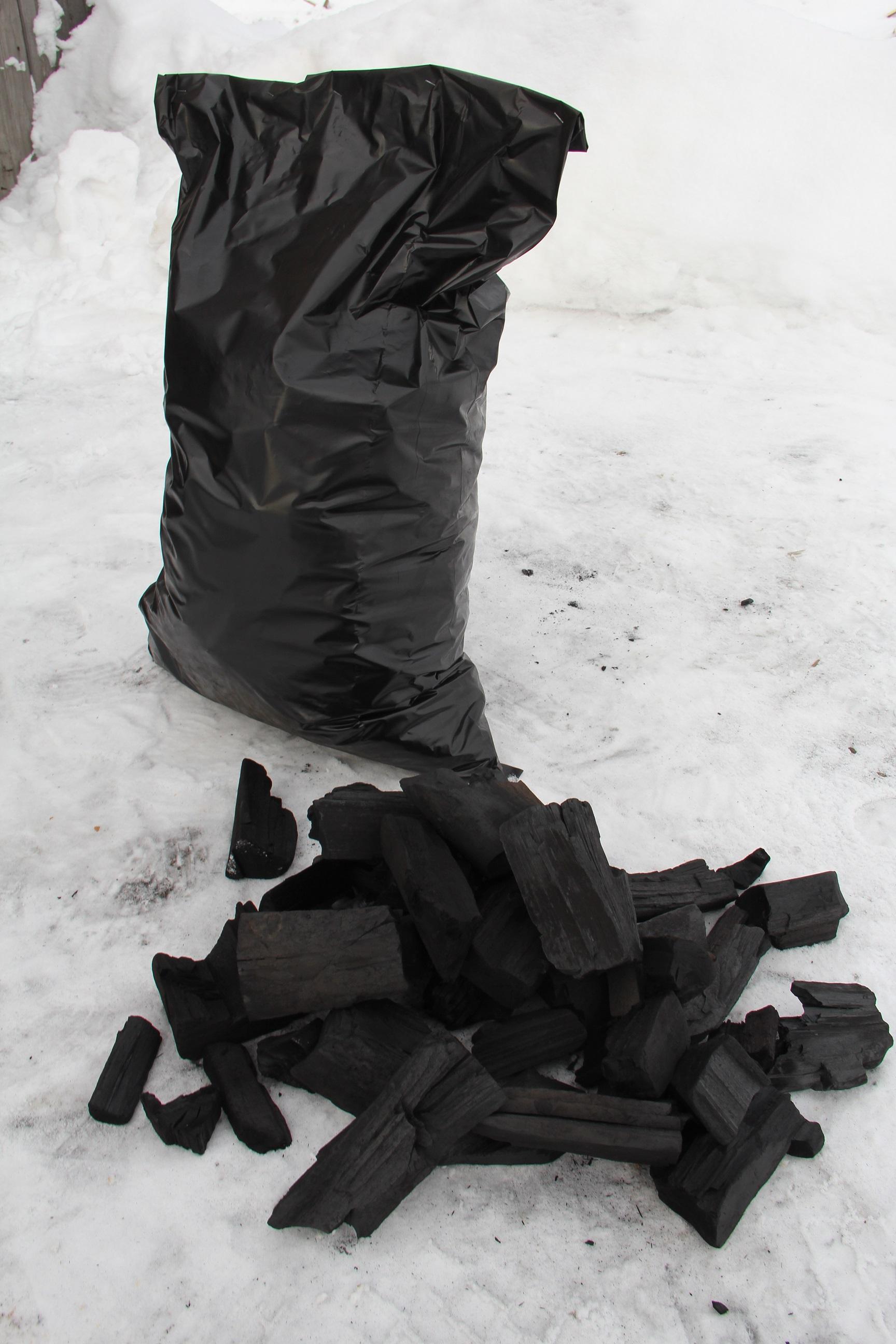 2.-Poka-v-IK-1-proizvodyat-okolo-5-tonn-uglya-v-mesyaz-kotoryi-fasuetsya-v-meschki-po-10-kg.JPG
