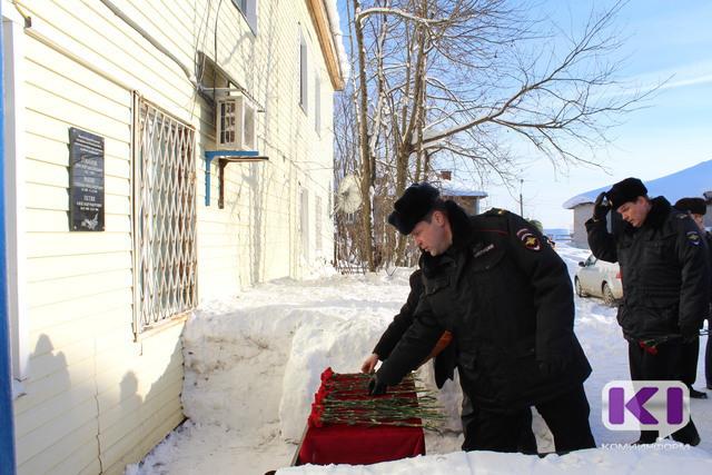 В Усть-Вымском районе установили мемориальную доску погибшим на задании милиционерам