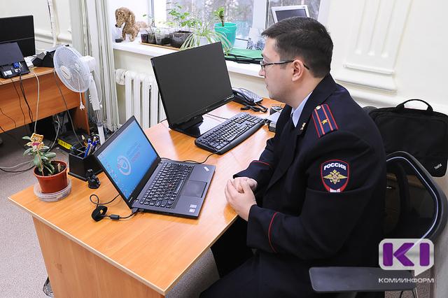 В Коми полицейские учили журналистов получать государственные услуги в электронном виде