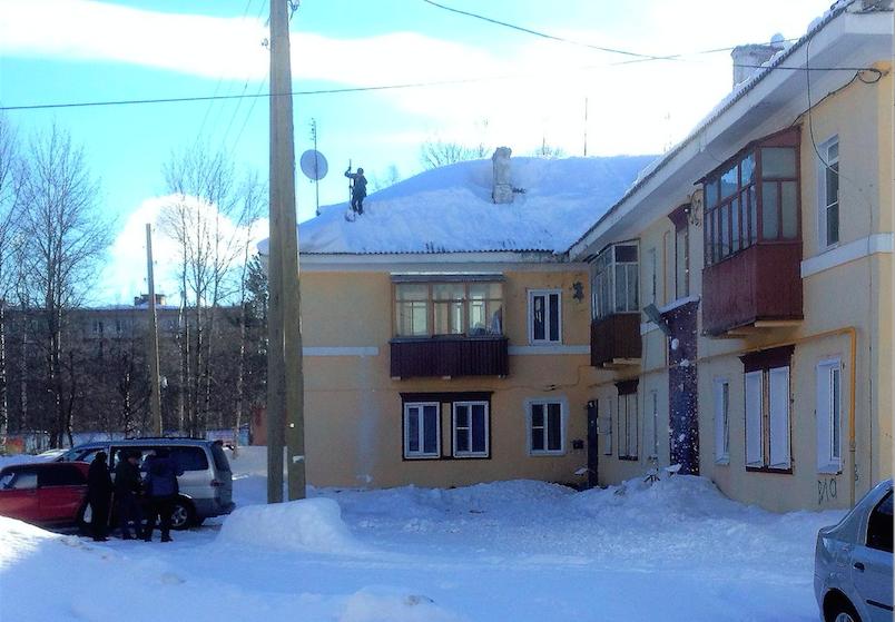 В Печоре коммунальщики уронили глыбу снега на голову прохожему