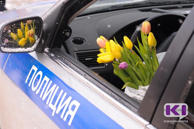 Сотрудники ГИБДД поздравили женщин за рулем с наступающим 8 марта