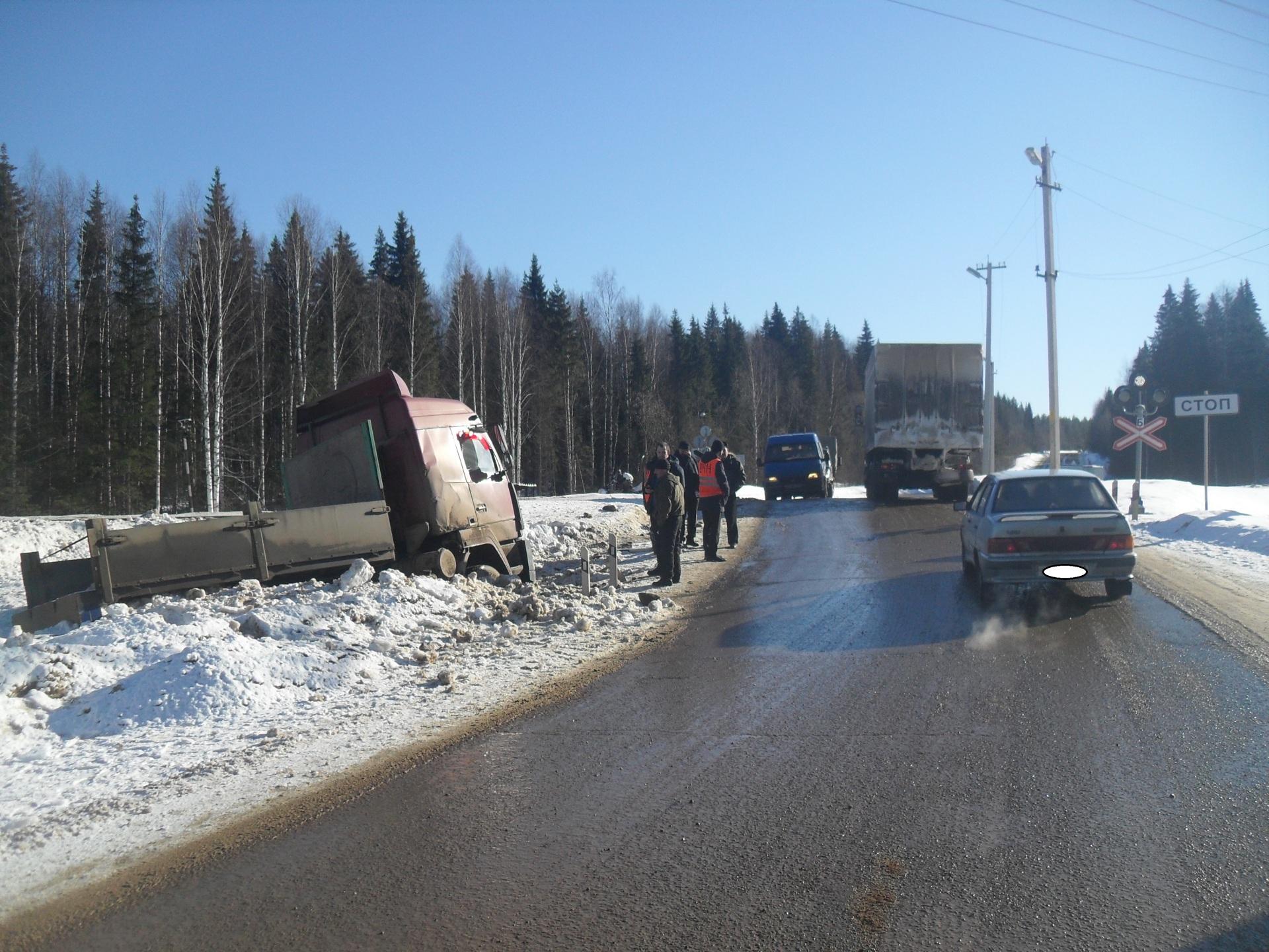 ВКоми грузовой автомобиль столкнулся спассажирским поездом