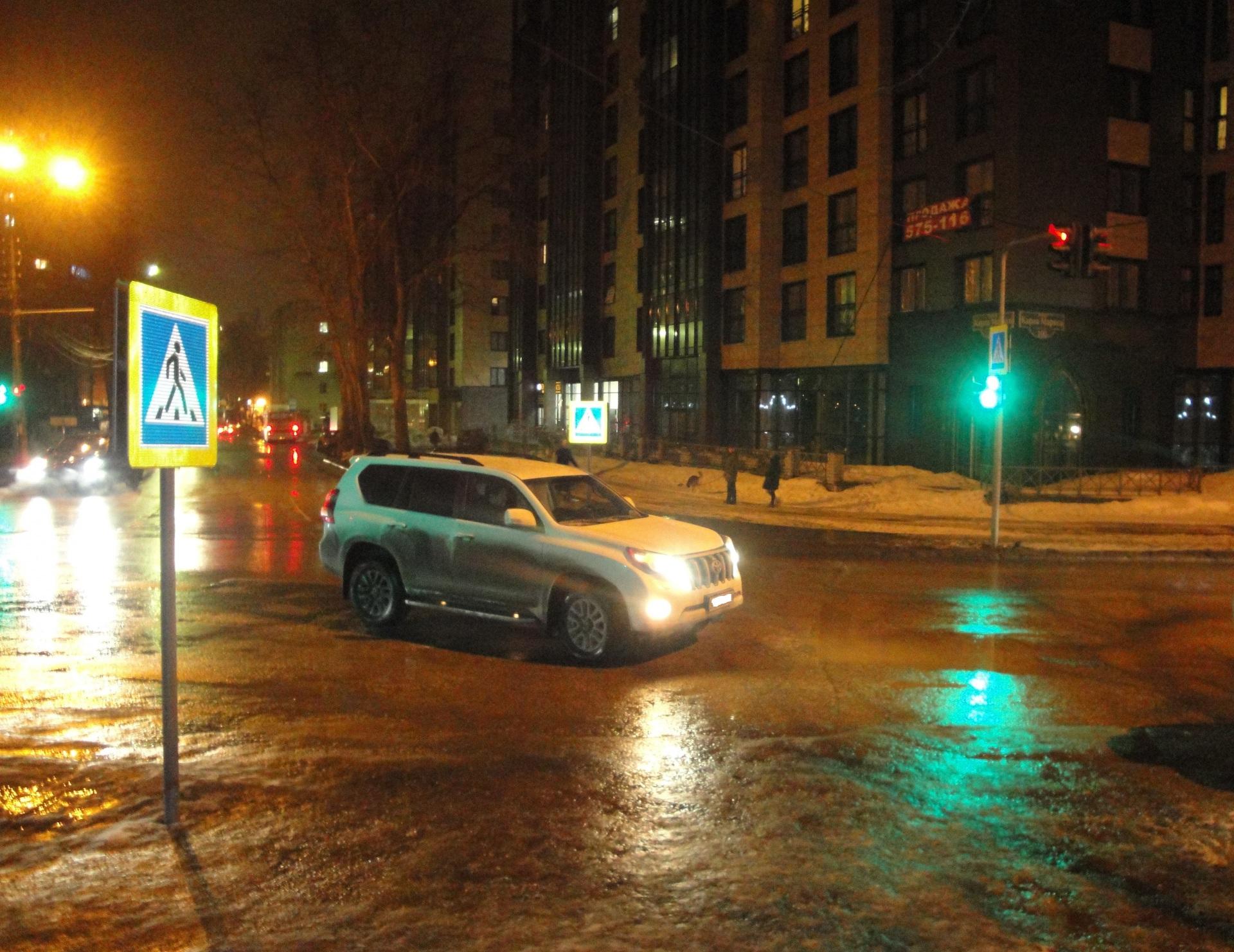 В центре Сыктывкара пенсионерка попала под колеса Лэнд Крузера