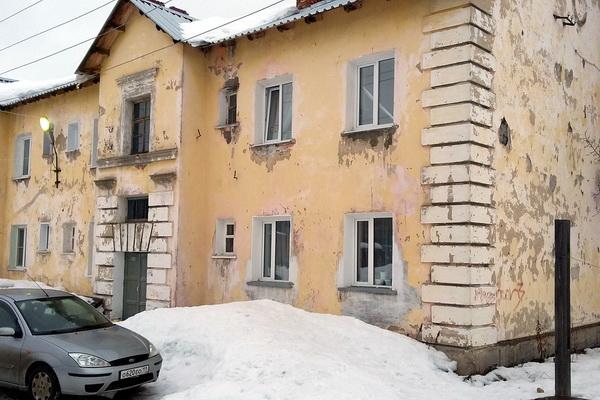 Разрушающийся дом в Печоре местные власти обещают отремонтировать к 2030 году